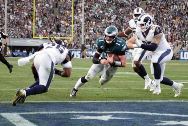 Wentz na partida contra os Rams. Após o lance, saiu lesionado (Foto: Mitchel Leff/Getty Images)