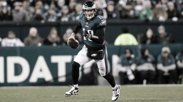 El longevo Josh McCown suplantó al lesionado Wentz y lo hizo de manera correcta (foto Eagles.com)