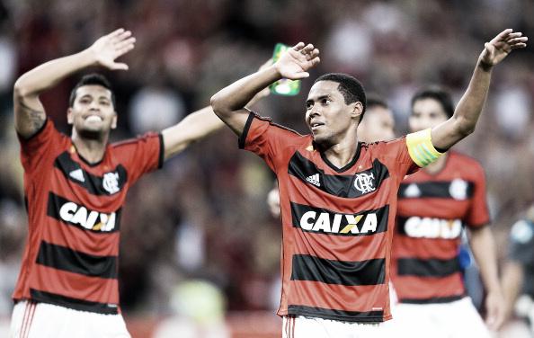 Elias, em primeiro plano, marcou o gol da classificação e comandou a festa da torcida rurbo-negra no Maracanã (Foto: Buda Mendes/Getty Images)