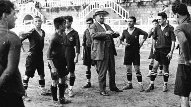 Gamper, de chapéu, dialoga com os atletas do recém-fundado FC Barcelona (Foto: Reprodução)