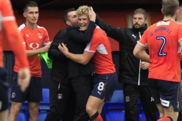 Cameron McGeehan celebra un gol junto a Nathan Jones y Joaquín Gómez | Foto: Luton Town