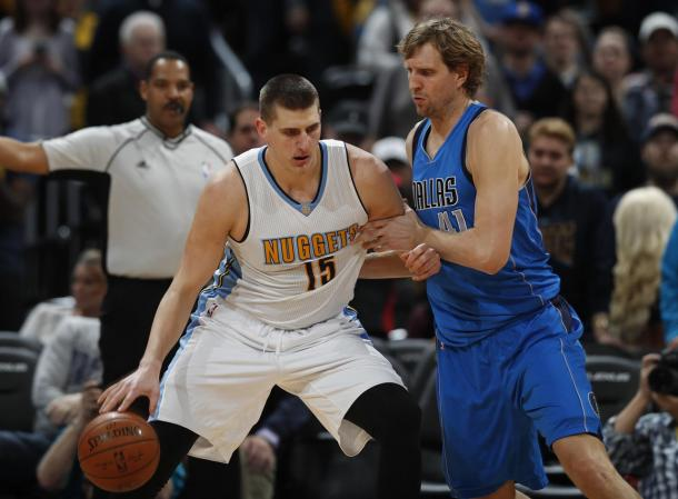 Jokic attacca Nowitzki in post basso - Foto Getty Images