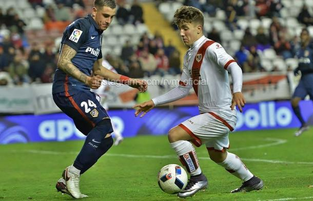 Joni Montiel intentando superar a un rival. Fotografía: Rayo Vallecano S.A.D.