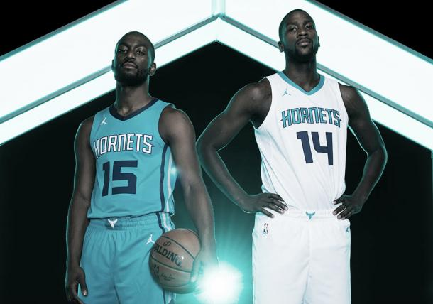 Kemba Walker y Michael Kidd-Gilchrist posando con los uniformes 'association' y 'icon'