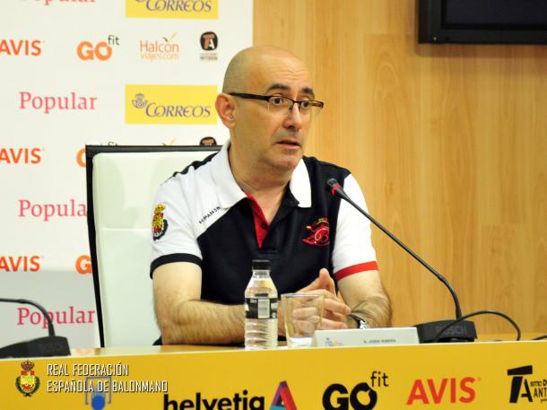 Jordi Ribera hablando con la prensa en la previa del debut | Foto:rfebm.com