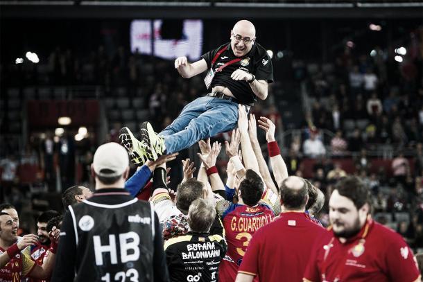 Los jugadores mantean a Jordi Ribera. Foto: EHF.