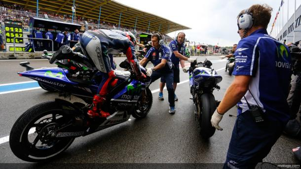 Lorenzo practicing changing bikes in the pitch preparing for whether the weather should change in the buildup to the race - www.autoevolution.com