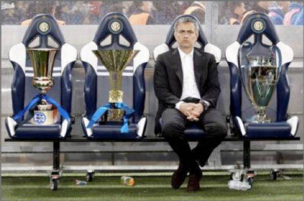 Mourinho accompanied by the Coppa Italia, Scudetto and Champions League trophies | Photo: dagospia.com