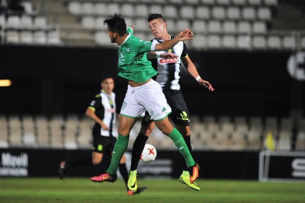 Josua Mejías disputando el balón con un rival. Foto: FC Cartagena