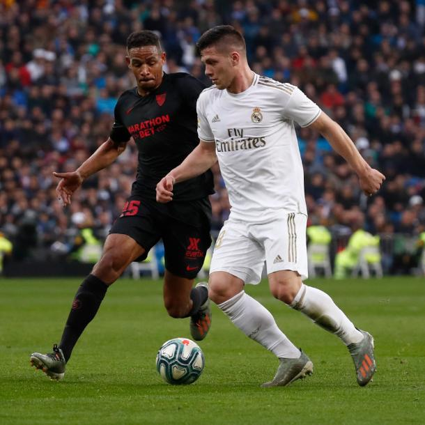 Jovic y Fernando pugnan por un balón   Fuente: www.realmadrid.es