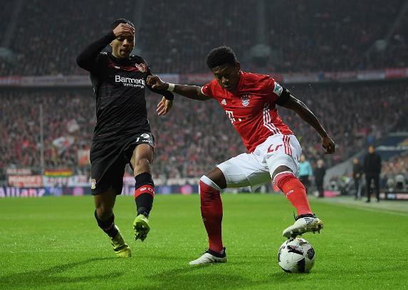 Alaba recorta ante un jugador del Leverkusen | Foto: Bayern Múnich