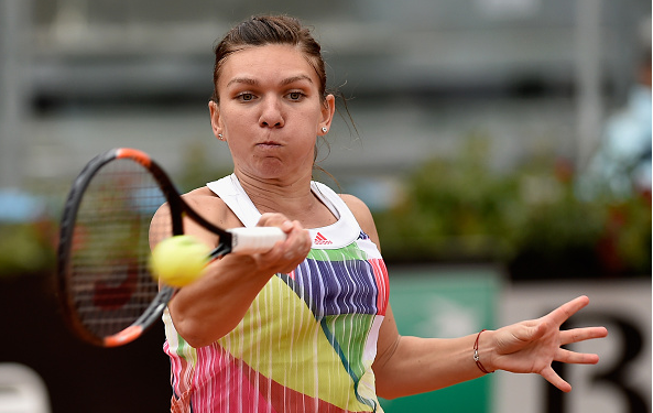 Simona Halep fighting her way through the match l Photo: Dennis Grombkowski/ Getty Images
