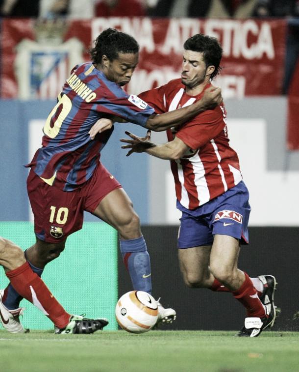 El nuevo entrenador del Extremadura UD peleando un balón, en su día, contra Ronaldinho. Foto: blogs.20minutos.es