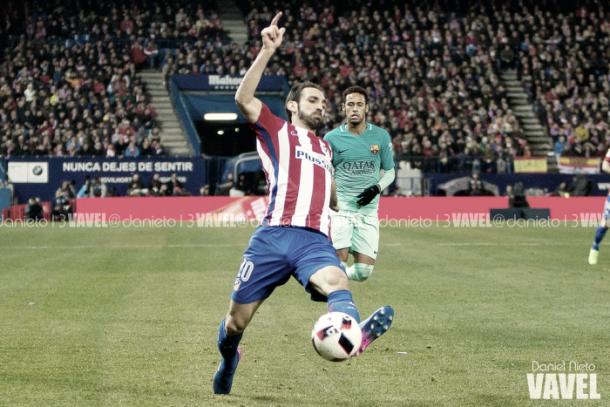 Juanfran y Neymar en un Atlético de Madrid - FC Barcelona | Foto: Daniel Nieto, VAVEL