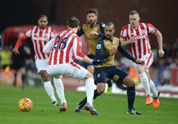 Walcott pierde un balón ante la presión del Stoke   Fotografía: Stoke City