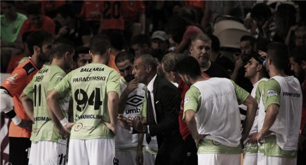 Vadillo habla con su equipo en un tiempo muerto | Foto: LNFS