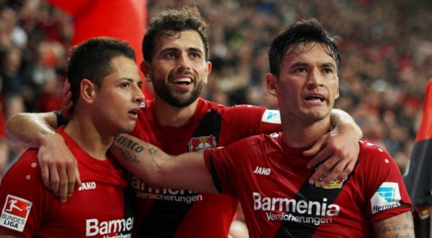 Chicharito, Mehmedi y Aránguiz celebran un gol   Foto: Bayer Leverkusen