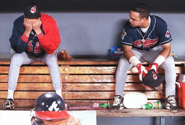 Jogadores dos Indians desolados após a derrota no World Series de 1995 (Foto: getty Images)