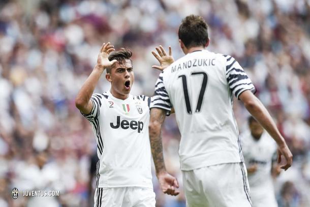 Nella gara col West Ham, Dybala e Mandzukic esultano dopo la rete del parziale 2-0. | Juventus.com.