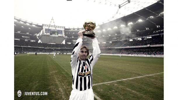 Pavel Nedvěd ofreciendo el Balón de Oro ganado en 2003 a su afición | Foto: Juventus