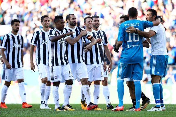 Il gruppo bianconero festeggia dopo la vittoria sulla Roma   Foto: @khaledalnouss1