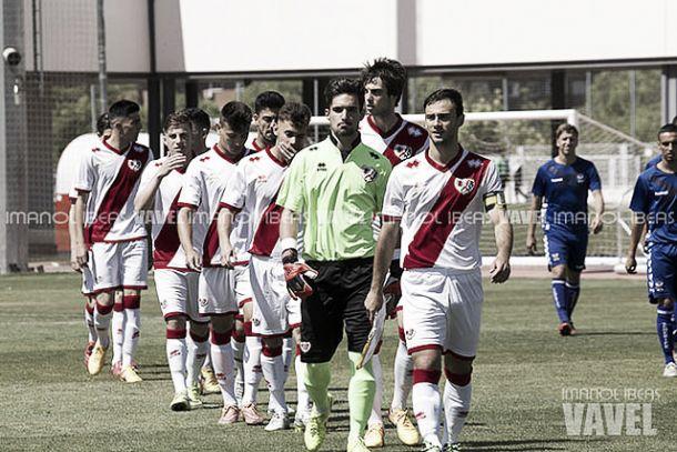 Jugadores de categorías inferiores del Rayo Vallecano antes de saltar al césped | Fotografía: Imanol Beas