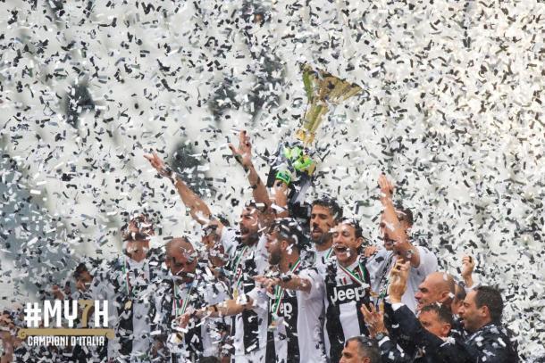 Equipe da Juventus comemorando título da Serie A 2017-18, o sétimo seguido. (Foto: Divulgação/Juventus)