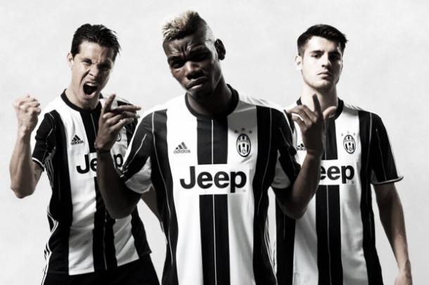 Hernanes (esquerda), Pogba (centro) e Morata com a camisa número 1 da Juve em 2016/17 / Foto: Divulgação Juventus FC