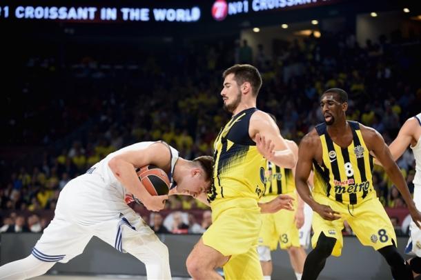 La difesa, strepitosa, di Kalinic sulla palla - Foto Turkish Airlines EuroLeague