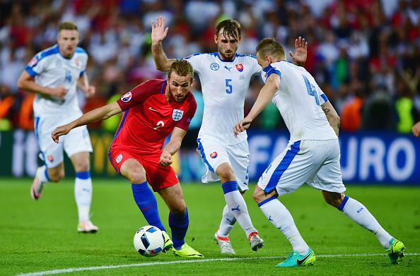 Kane tenta se desvencilhar da marcação da seleção da Eslováquia (Foto: Dan Mullan/Getty Images)