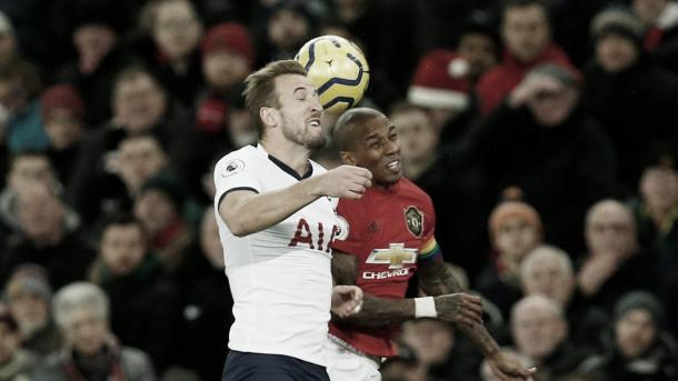 Harry Kane vs Ashley Young./ Foto: Premier League
