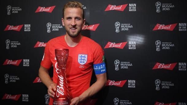 Harry Kane com o troféu de homem do jogo da partida entre Inglaterra e Tunísia. (Foto: Reprodução/Fifa)