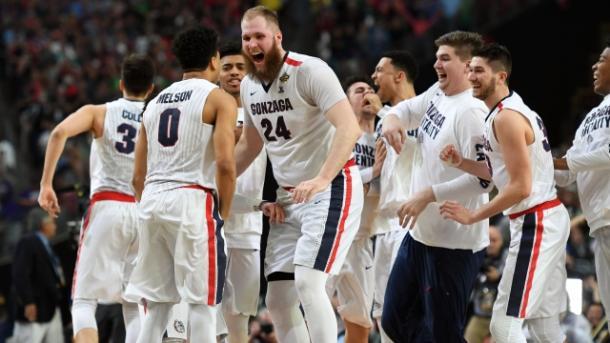 Przemek Karnowski festejando con sus compañeros de la Universidad de Gonzaga | Foto: NCAA