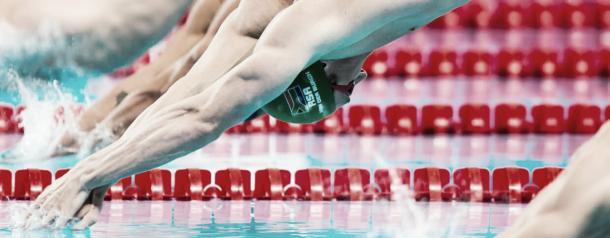 Van der Burgh saltando a la piscina en una prueba / Foto: FINA