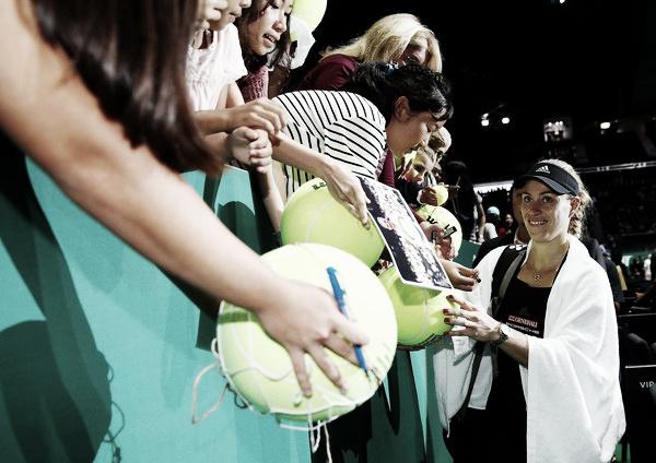 Kerber firmando autógrafos tras un partido en las WTA Finals 2018. Foto: zimbio.com