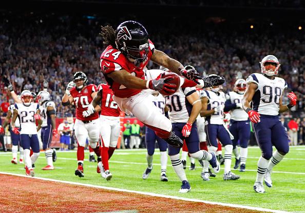 71 jardas e um touchdown: primeiro tempo movimentado para Devonta Freeman | Foto: Kevin C. Cox/Getty