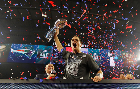 Brady com seu quinto Lombardi Trophy, um dos mais comemorados em virtude do contexto do Super Bowl em questão | Foto: Kevin C. Cox/Getty