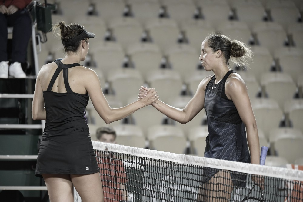 Madison Keys (derecha) y un frío saludo con su rival Oceane Dodin. Foto @rolandgarros