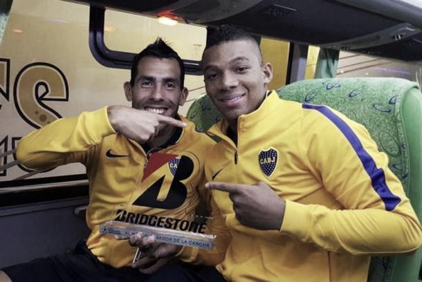 """Carlitos con su premio de """"El Jugador del Partido""""."""