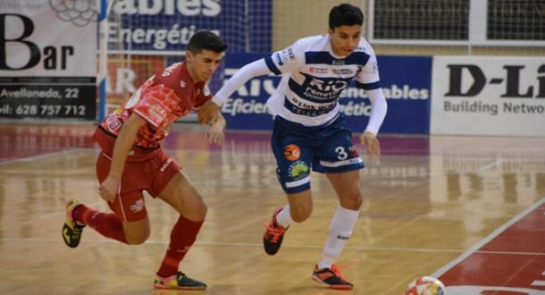 Anás y Josñe Mario buscan la pelota | Foto: LNFS