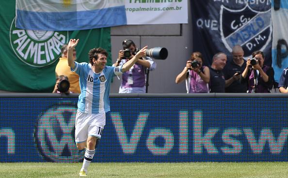 Messi celebra atuação de gala e hat-trick diante do Brasil | Foto: Tim Clayton/Corbis via Getty Images