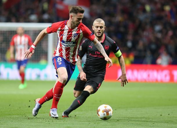 Saúl regateando a Wilshere | Foto: Atlético de Madrid
