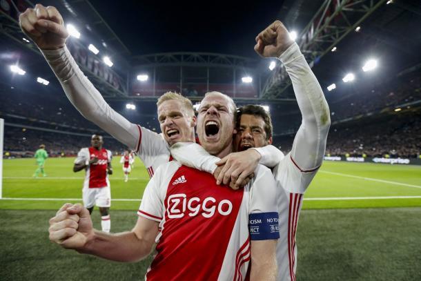 L'esultanza di Klaassen dopo la doppietta allo Schalke - Foto Europa League Twitter