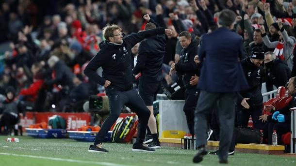 Jürgen Klopp celebra con la afición la victoria del Liverpool. Foto: premierleague
