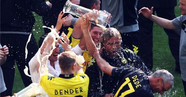 Klopp celebrates the 2010-11 title success with his players. (Picture: www.teamtalk.com)