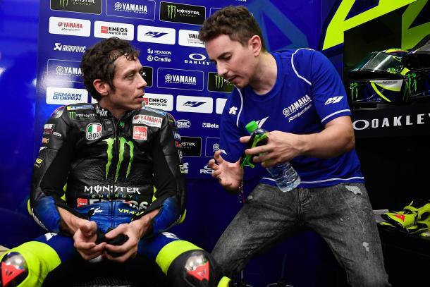 Valentino Rossi junto a Jorge Lorenzo, ahora probador de Yamaha. Imagen: MotoGP