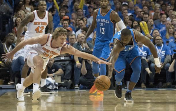 New York Knicks SG Ron Baker (31) and Oklahoma City Thunder PG Raymond Felton (2) go after the ball.  Photo: Getty Images/J Pat Carter