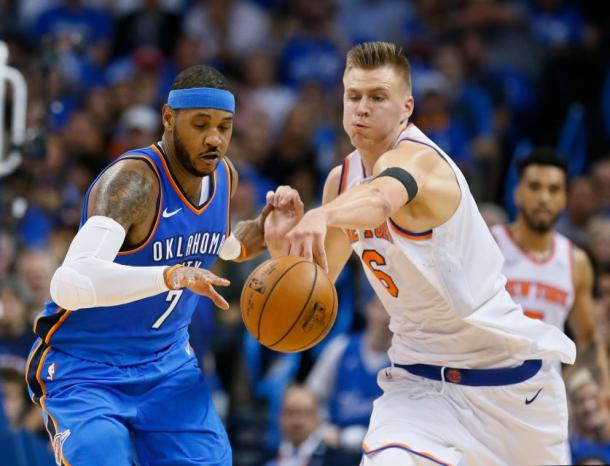 Oklahoma City Thunder forward Carmelo Anthony (7) and New York Knicks forward Kristaps Porzingis (6) go after the ball. Photo:AP/Sue Ogrocki