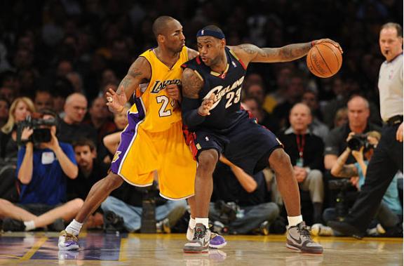 LeBron James defendido por Kobe Bryant | Foto: Getty Images
