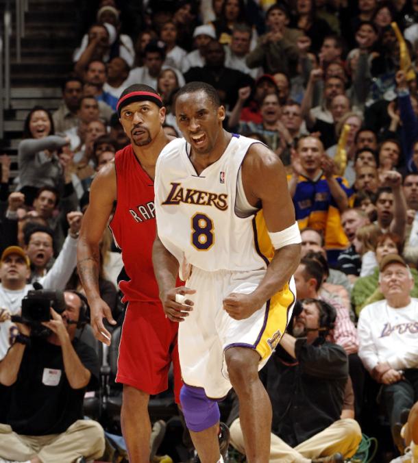 Kobe Bryant celebra una canasta y detrás, Rose, su prinipal defensor | Foto: Lakers.com